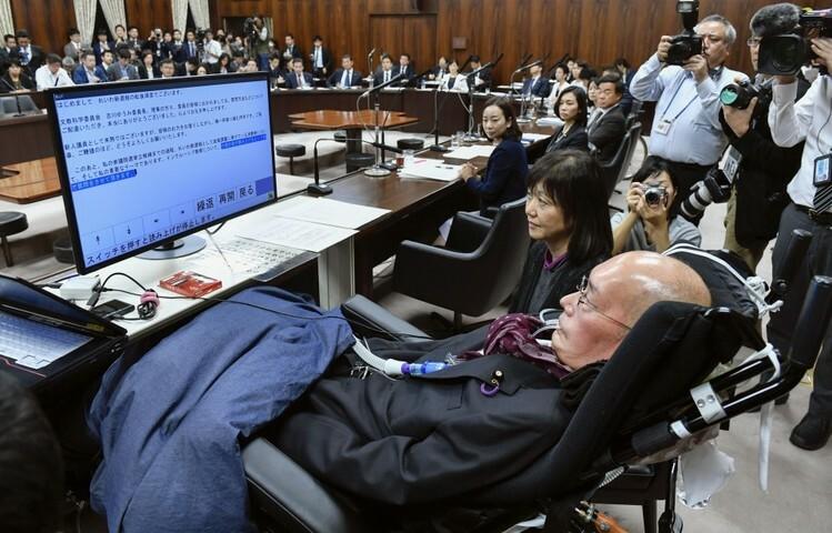 Nghị sĩ Yasuhiko Funago ngồi xe lăn, dùng máy hỗ trợ viết câu hỏi chất vấn trong phiên họp quốc hội Nhật Bản ngày 7/11. Ảnh: Kyodo.