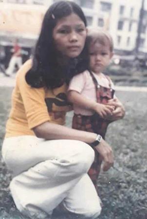Leigh Boughton Small và mẹ ở Sài Gòn, trước khi cô được đưa sang Mỹ. Ảnh: WMTW