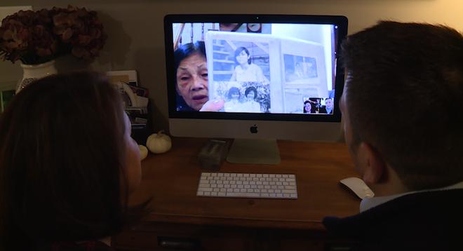 Leigh Boughton Small và con trai trò chuyện với mẹ Nguyen Thi Dep ở Việt Nam qua video. Ảnh: WMTW