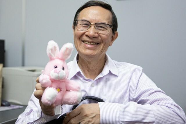 Giáo sư Quyên Di và một con thỏ bông mua tặng sinh viên. Ảnh: Daily Burin