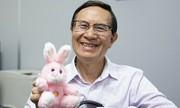 Giáo sư gốc Việt gây 'bão' mạng vì tặng thú bông cho sinh viên