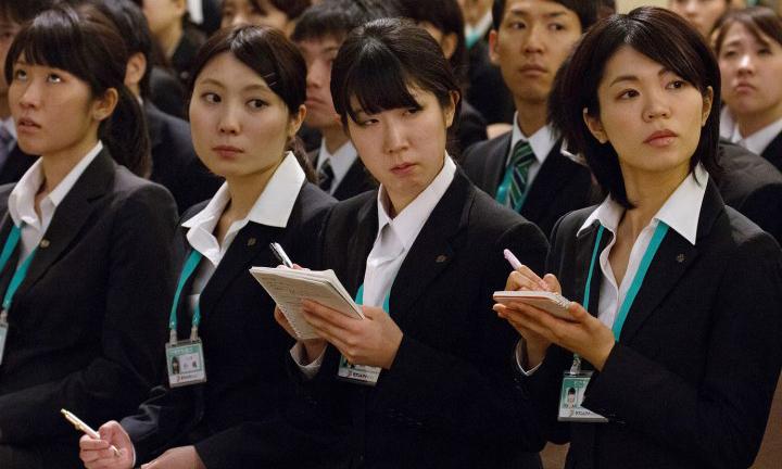 Các nhân viên ghi chép trong buổi họp của một công ty tại Tokyo, Nhật Bản hồi năm 2013. Ảnh: Bloomberg.