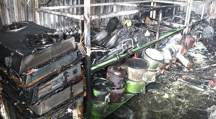 Hàng hoá trong các gian hàng bị lửa thiêu rụi. Ảnh: Lam Sơn.