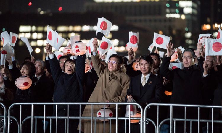 Đám đông tập trung trước Hoàng cung ở thủ đô Tokyo, Nhật Bản hôm nay. Ảnh: Reuters.