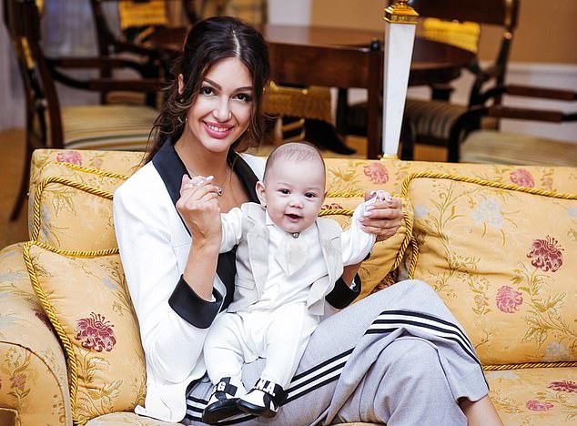 Oksana và con trai Leon. Ảnh: East2west news