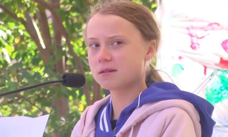 Greta Thunberg phát biểu tại cuộc mít tinh ở thành phố Charlotte, bắc Carolina, Mỹ hôm 8/11. Ảnh: Yahoo News.