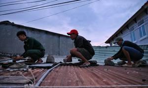 Người dân chằng chống mái nhà trước khi bão Nakri đổ bộ