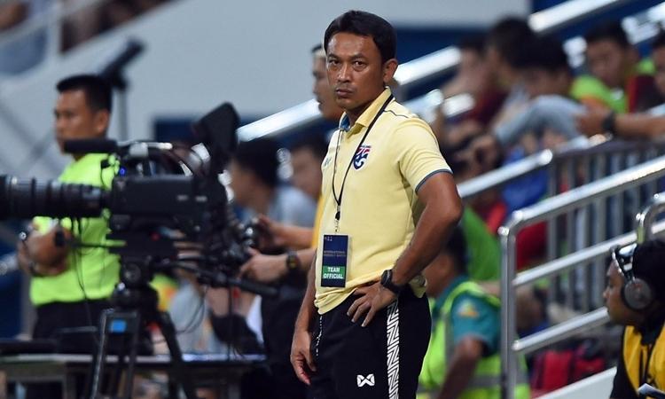 Khuôn mặt lo lắng của trợ lý Sripan, người vừa được giao dẫn đội U22 Thái Lan. Ảnh: Changsuek.