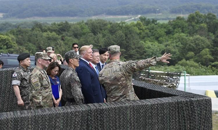 Tổng thống Mỹ Donald Trump thăm Trại Bonifas ở Hàn Quốc hồi tháng 6. Ảnh: AP.
