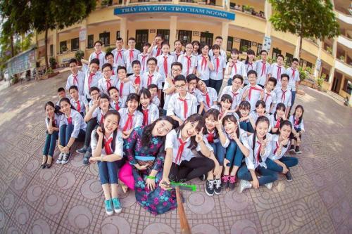 Cô Vũ Bích Phương (hàng đầu tiên, thứ hai từ trái qua) cùng các em học sinh.
