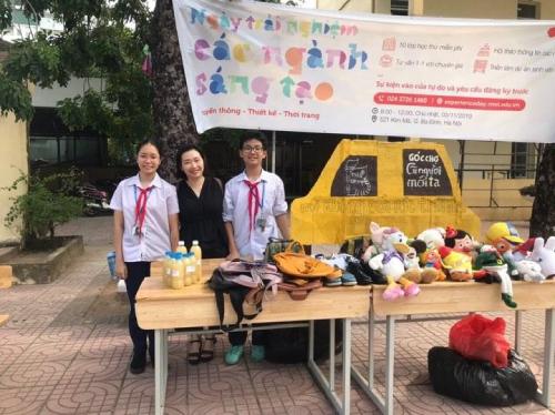 Cô Vũ Bích Phương (áo đen ở giữa) cùng học sinh trong giờ sinh hoạt ngoại khóa.