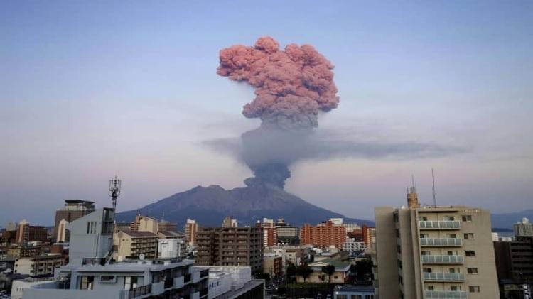 Cột khói cao 5.500 m bốc lên từ núi lửa Sakurajima. Ảnh: The Japan Times