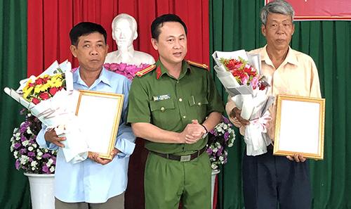 Công an quận Cái Răng xin lỗi ông Triều cùng đại diện gia đình ông Tuân. Ảnh: Cửu Long