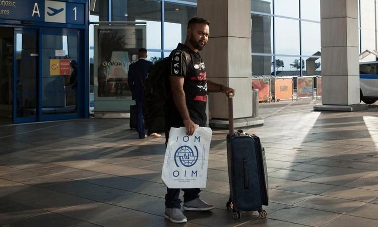 Muhammad Zubair, 28 tuổi, đến sân bay Athens để chuẩn bị hồi hương. Ảnh: Washington Post.