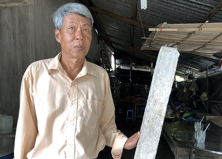 Trụ đá do chính quyền cắm giữa nhà ông Triều mấy chục năm qua để phân ranh đất với hàng xóm. Ảnh: Cửu Long.