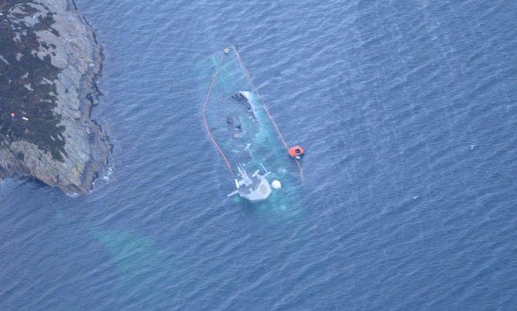 Tàu Helge Ingstad chìm dưới nước hôm 13/11/2018. Ảnh: Bộ Quốc phòng Na Uy.