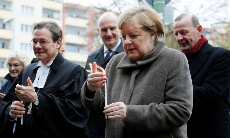Thủ tướng Merkel (áo xám) trong lễ kỷ niệm ngày 9/11. Ảnh: Reuters.