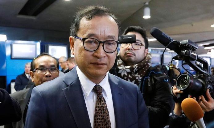 Thủ lĩnh đối lập Rainsy tại sân bay Charles de Gaulle, Pháp hôm 7/11. Ảnh: Reuters.