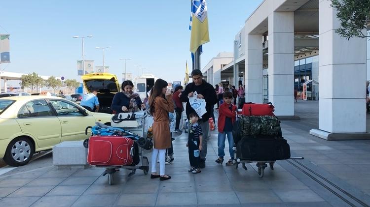 Gia đìnhKamal Mahmood đến sân bay Athens để về Iraq. Ảnh: Washington Post.