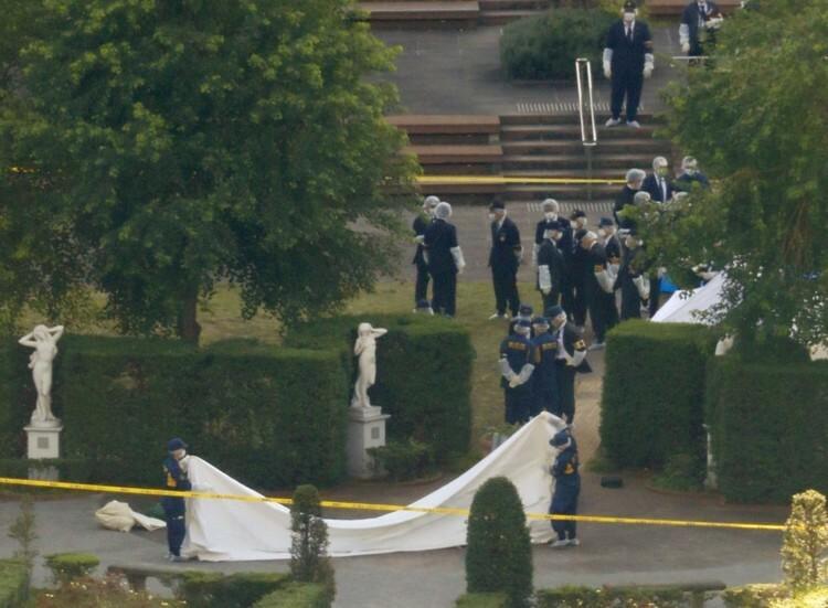 Cảnh sát tiến hành khám nghiệm hiện trường tại công viên Italy, thủ đô Tokyo, Nhật Bản hôm 8/11. Ảnh: Kyodo.