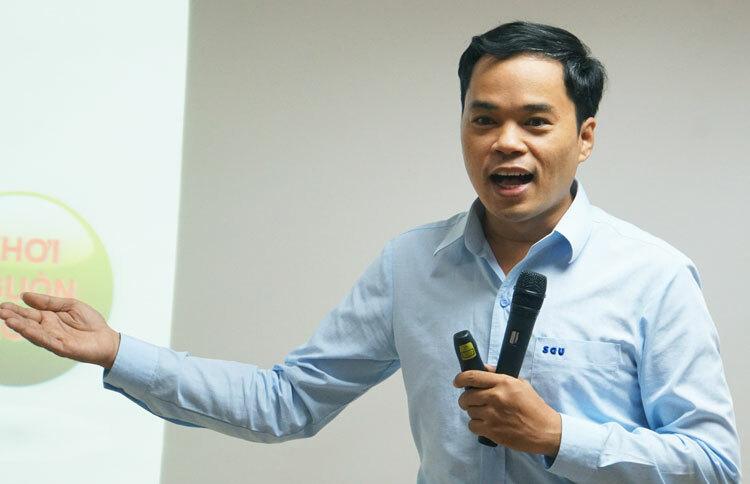 TS Phạm Sỹ Nam giới thiệu về chương trình giáo dục phổ thông mới ở môn Toán. Ảnh: Mạnh Tùng.