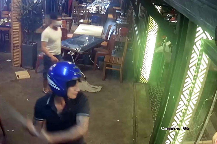Hình ảnh nhóm giang hồ đập phá quán nhậu bị camera ghi lại. Ảnh: Cắt từ video quán nhậu.