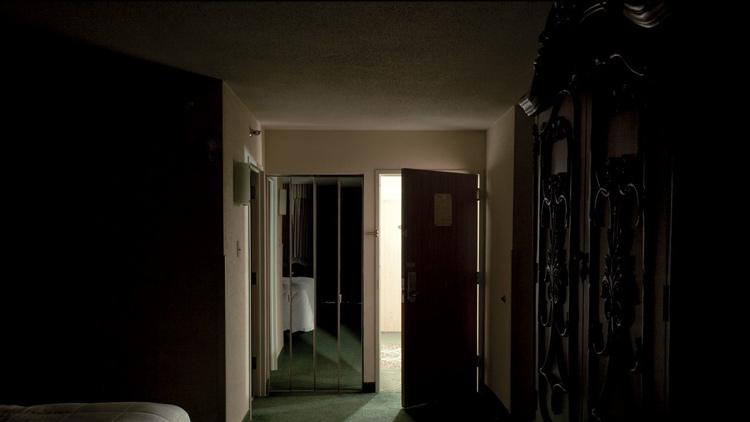 Căn phòng khách sạn nơi Gleg ở. Ảnh: Vanity Fair.