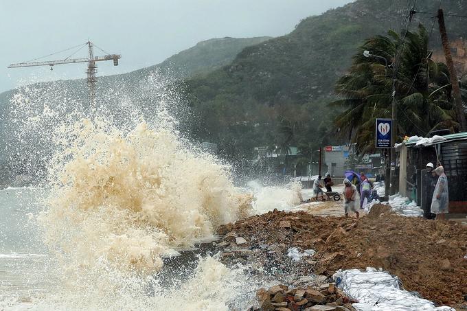 Sóng cao gần 6 m, người dân gia cố bờ biển