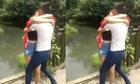 Cặp đôi ngã xuống sông vì mải lo hôn nhau