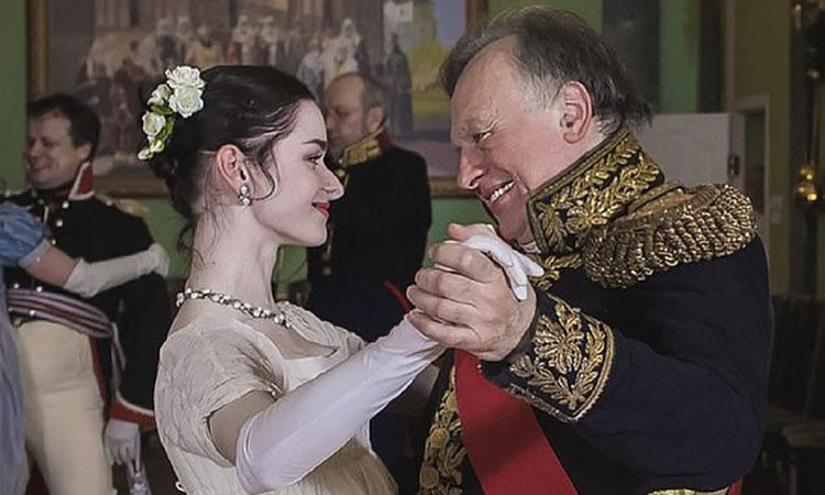 Giáo sư Sokolov (phải) và nạn nhân trong một lần hoá trang thành nhân vật lịch sử. Ảnh: Mirror.