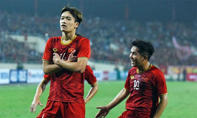 Hoàng Đức (trái) có cơ hội thử sức ở màu áo tuyển Việt Nam. Ảnh: Đức Đồng.