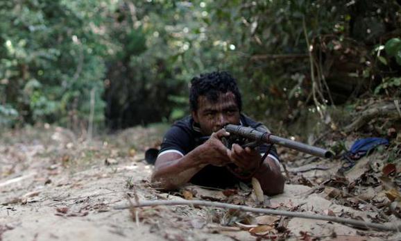 Paulo Paulino Guajajara tuần tra tại khu bảo tồn Arariboia trong rừng Amazon, Brazil hôm 11/9. Ảnh: Reuters.