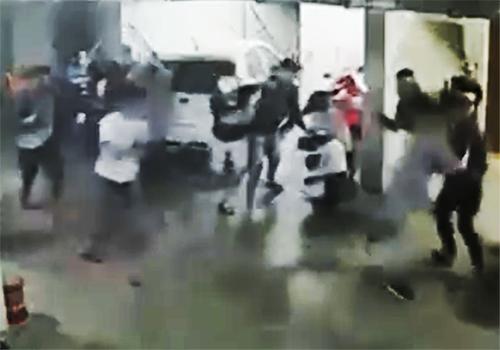 Nhóm thanh niên vây chém ông Quân. Ảnh cắt từ video.
