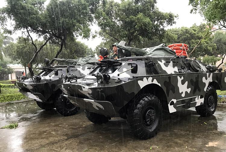 Xe bọc thép BRDM - 2 được điều động đến Bình Định sáng 10/11. Ảnh:Hữu Khoa.