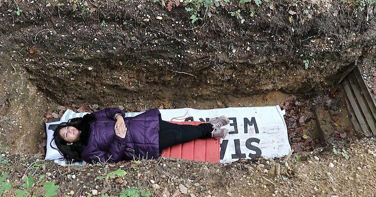 Sinh viên trải nghiệm nằm tại ngôi mộ thanh lọc. Ảnh:Ruptly