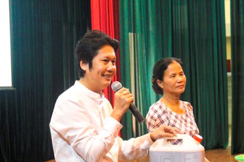 Thạc sĩ Hoàng Sơn Công chia sẻ công thức làm vi sinh IMO tới các cán bộ, hội viên phụ nữ huyện Quế Võ.