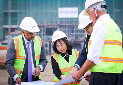 Tiến sĩ Lê Mai Lan, Giáo sư Rohit Verma cùng các giáo sư Cornell trên công trường xây dựng trao đổi về tiến độ xây ký túc xá và khu labs trong khuôn viên Đại học VinUni.