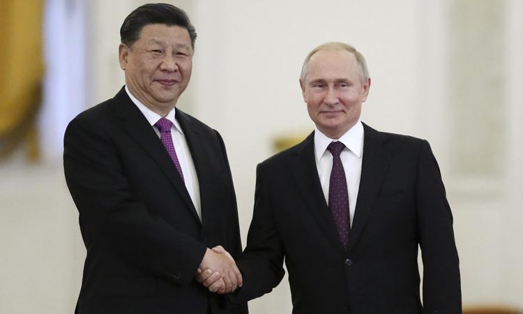 Chủ tịch Trung Quốc Tập Cận Bình (trái) bắt tay Tổng thống Nga Vladimir Putin tại Điện Kremlin, Moskva hôm 5/6. Ảnh: Reuters.