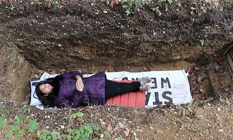 Một sinh viên đang trải nghiệm chết giả trong ngôi mộ tại Đại học Radboud, thành phố Nijmegen, Hà Lan. Ảnh: RT.