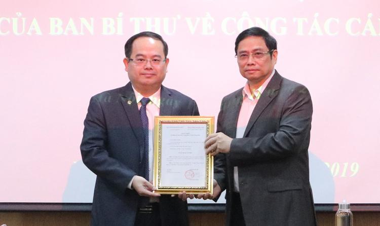 Ông Quản Minh Cường (trái) nhận quyết định làm Phó ban Tổ chức Trung ương. Ảnh: Ngô Khiêm