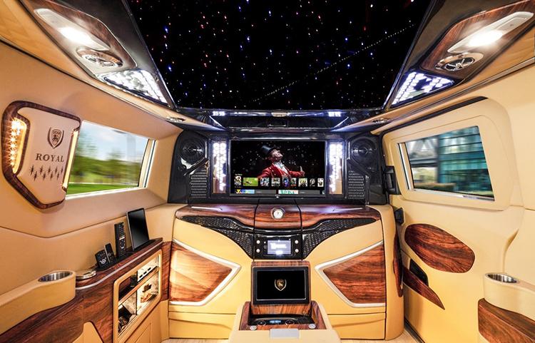 Công nghệ giải trí thông minh trên xe DCar Royal.
