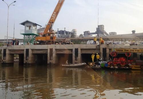 Sau khi sự cố xảy ra, Công ty Xi măng Chinfon Hải Phòng thuêtrung tâm ứng phó sự cố môi trường thu gom, xử lý số dầu chảy ra sông Thải. Ảnh: CTV