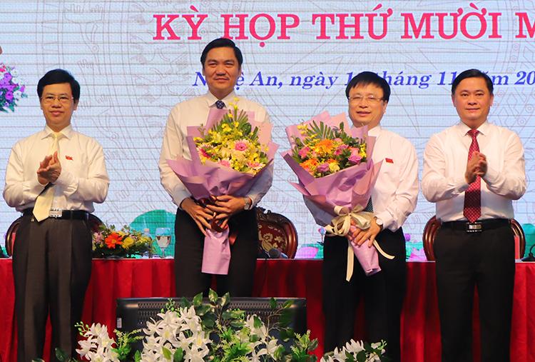Ông Hoàng Nghĩa Hiếu (thứ hai từ trái sang) và ông Long (thứ ba từ trái sang) nhận hoa chúc mừng. Ảnh: Duy Thành