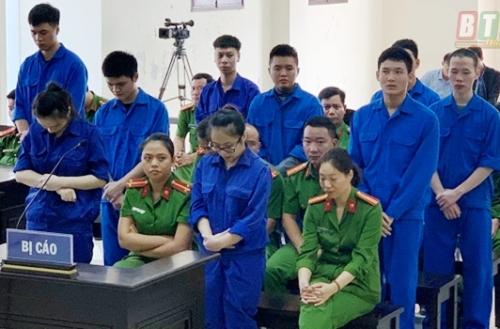 Đôi vợ chồng trẻ Nguyễn Đức Anh- Phạm Khánh Linh cùng 7 người bạn hầu tòa vì bị cáo buộc Tổ chức sử dụng trái phép chất ma túy. Ảnh: BTB