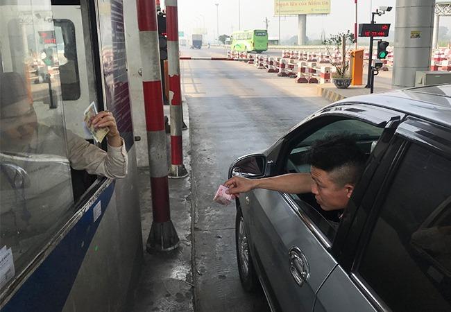 Xe không dán thẻ đi vào làn thu phí không dừng. Ảnh: Anh Duy.