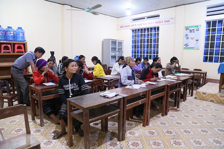 Lớp học xoá mù chữ cho người lớn tuổi mở tại trường Tiểu học và THCS Hướng Linh. Ảnh: Hoàng Táo
