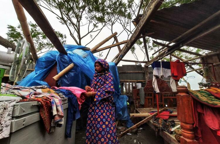 Một phụ nữ ở trong ngôi nhà bị bão Bulbul đánh sập tại Khulna, Bangladesh hôm 10/11. Ảnh: Reuters.