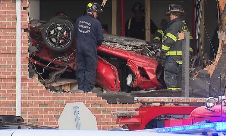 Hiện trường vụ ôtô lao vào tầng hai ngôi nhà ở thị trấn Toms River hôm 10/11. Ảnh: CBS News.