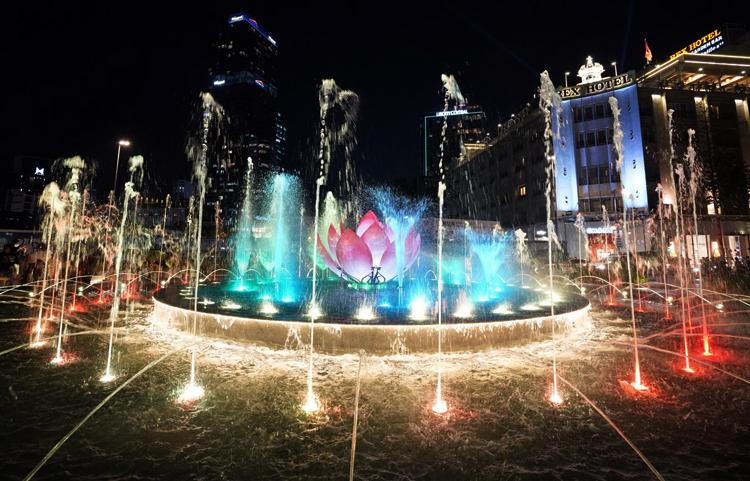 Đài phun nước trên phố đi bộ Nguyễn Huệ vừa được khánh thành. Ảnh: Hữu Nguyên