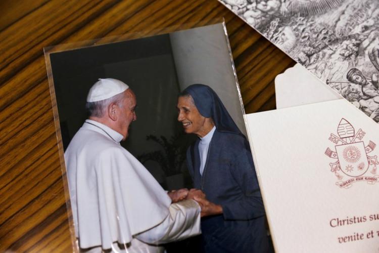 Bức ảnh chụp Giáo hoàng và bàSivori được bà cất giữ tại văn phòng ởtại trường St. Mary,tỉnh Udon Thani. Ảnh: Reuters.